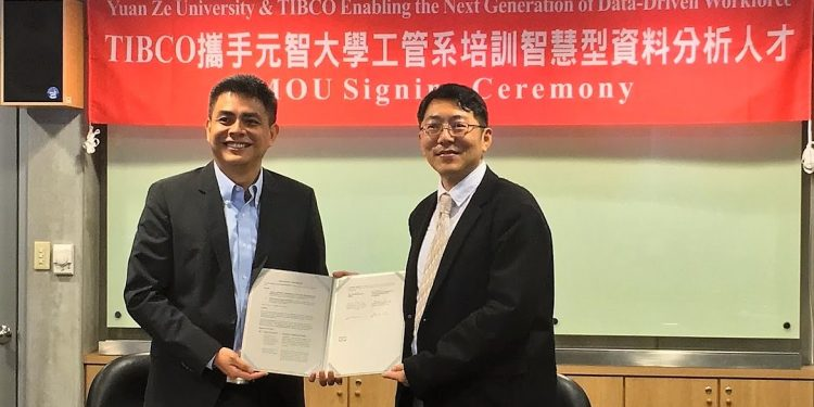Alan Ho, Director of Marketing, APJ, TIBCO Software (left), and Dr. Liang Yun-Chia, Professor and Chair of the Department of Industrial Engineering and Management at Yuan Ze University. PHOTO from TIBCO Software