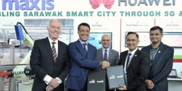Executives from Maxis and Sarawak Multimedia Authority at the MOU signing at IDES last week.