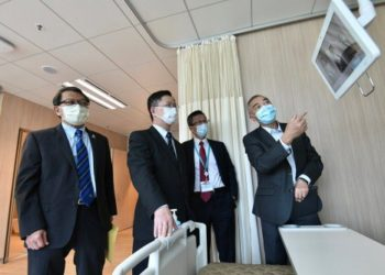Smart beds: Alfred Sit (second left), HK's ITB Secretary, visited the CUHK Medical Centre.