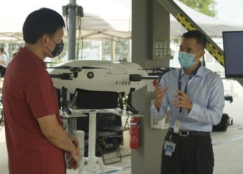 SMS Chee interacting with industry players who showcased their cutting-edge drone technologies, engineering systems, additive manufacturing, and communication services, that can provide innovative drone solutions for the maritime sector.