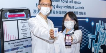 """The research team led by Dr Ren Kangning, associate professor of the Department of Chemistry at HKBU (left), designed a fully automatic, microscope-free AST system that enables rapid and low-cost screening of drug-resistant bacteria by scanning the """"barcode"""" on the cell sensor with a mobile app."""